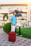 Человек приезжая на гостиницу с его багажом стоковая фотография rf