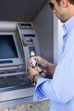 Человек принимает вне кредитную карточку от его бумажника стоковые фотографии rf