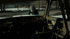 Человек принимает изображениям ржавое тело автомобиля внутри взгляда видеоматериал