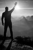 Человек принимает фото телефона Мечтательные горы fogy пока восход солнца Стоковые Изображения RF