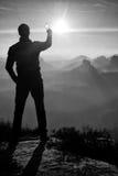 Человек принимает фото телефона Мечтательные горы fogy пока восход солнца Стоковые Изображения