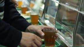 Человек принимает холодный напиток в столовой сток-видео