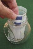 Человек принимая 100 банкнот евро из опарника Стоковое Изображение RF