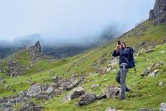 Человек принимая изображения красивого ландшафта scottish Стоковое фото RF