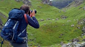 Человек принимая изображения красивого ландшафта scottish Стоковые Изображения RF