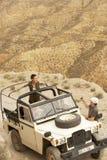 Человек принимая фотоснимок женщины в автомобиле Стоковое Изображение RF