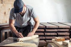 Человек приравнивает филировальная машина деревянного бара Стоковые Фотографии RF