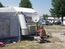 Человек приспосабливая спутниковую антенна-тарелку ТВ Стоковые Изображения