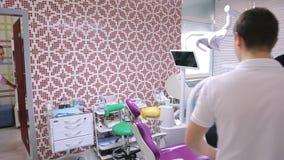 Человек приходит к офису дантиста для здравоохранения и заживление зубов сток-видео