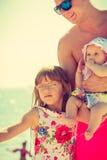 Человек при 2 дет представляя на побережье Стоковое фото RF