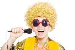 Человек при изолированные afrocut и mic стоковые фото