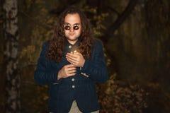 Человек при длинные волосы держа свечу Стоковое фото RF