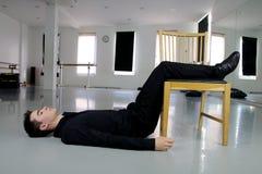 Человек при ноги повышенные на стул Стоковая Фотография
