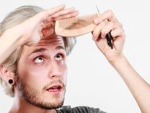 Человек при ножницы и гребень создавая новый coiffure Стоковые Фото