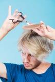 Человек при ножницы и гребень создавая новый coiffure Стоковая Фотография RF