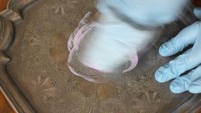 Человек при перчатки полируя античный серебряный поднос акции видеоматериалы