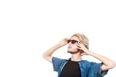 Человек при солнечные очки смотря в космос стоковое изображение