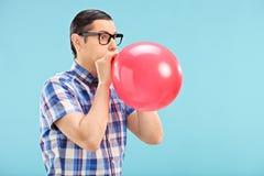 Человек при стекла дуя - вверх по воздушному шару Стоковое фото RF