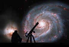 Человек при телескоп смотря звезды Галактика водоворота Стоковое Изображение