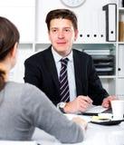 Человек при товарищ сидя на таблице стоковая фотография