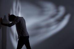 Человек пробивая стену стоковые фотографии rf