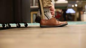 Человек пробует новые ботинки в магазине акции видеоматериалы