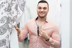 Человек пробуя на новой рубашке Стоковое Изображение RF