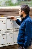Человек проверяя почтовый ящик стоковые изображения