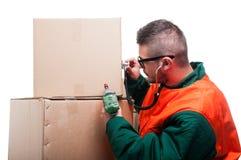 Человек проверяя с сверлом удерживания картонной коробки стетоскопа Стоковое фото RF