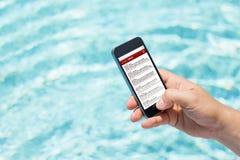 Человек проверяя электронную почту бассейном Стоковое Изображение RF