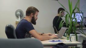 Человек программируя на компьтер-книжке сток-видео