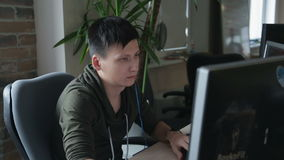 Человек программируя на ПК акции видеоматериалы
