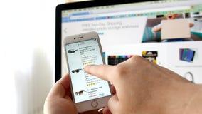 Человек просматривая вебсайт Амазонки для покупая солнечных очков видеоматериал