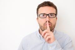 Человек прося безмолвие используя жест пальца Стоковое фото RF