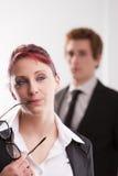 Человек ПРОТИВ досадливостей женщины на рабочем месте Стоковое Фото