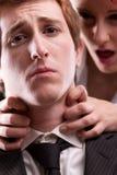 Человек ПРОТИВ досадливостей женщины на рабочем месте Стоковое Изображение