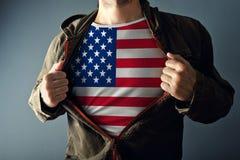 Человек протягивая куртку для того чтобы показать рубашку с флагом США стоковое изображение rf