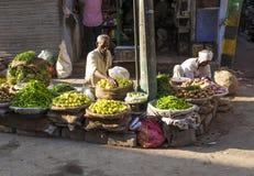 Человек продавая овощи на Chawri Стоковое фото RF