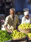 Человек продавая овощи на Chawri Стоковые Изображения