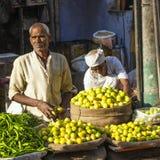 Человек продавая овощи на Chawri Стоковое Изображение