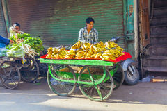Человек продает бананы на старой Стоковые Изображения