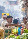 Человек продает бананы на старой Стоковое Изображение