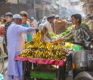 Человек продает бананы на старой Стоковое Фото