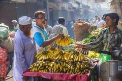 Человек продает бананы на старой Стоковая Фотография RF