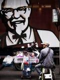 Человек продает вещества на стороне улицы Стоковое Фото