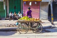 Человек продает плодоовощи на овоще Стоковые Изображения RF