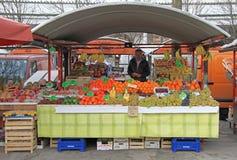 Человек продает плодоовощи на уличном рынке в Любляне, Словении стоковое фото rf