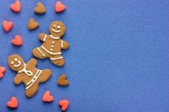 Человек пряника и печенья праздника сердец на голубой предпосылке к Стоковая Фотография