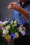 Человек пряча обручальное кольцо в букете Стоковое фото RF