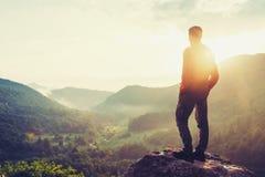 Человек путешественника наслаждаясь взглядом природы Стоковые Фото
